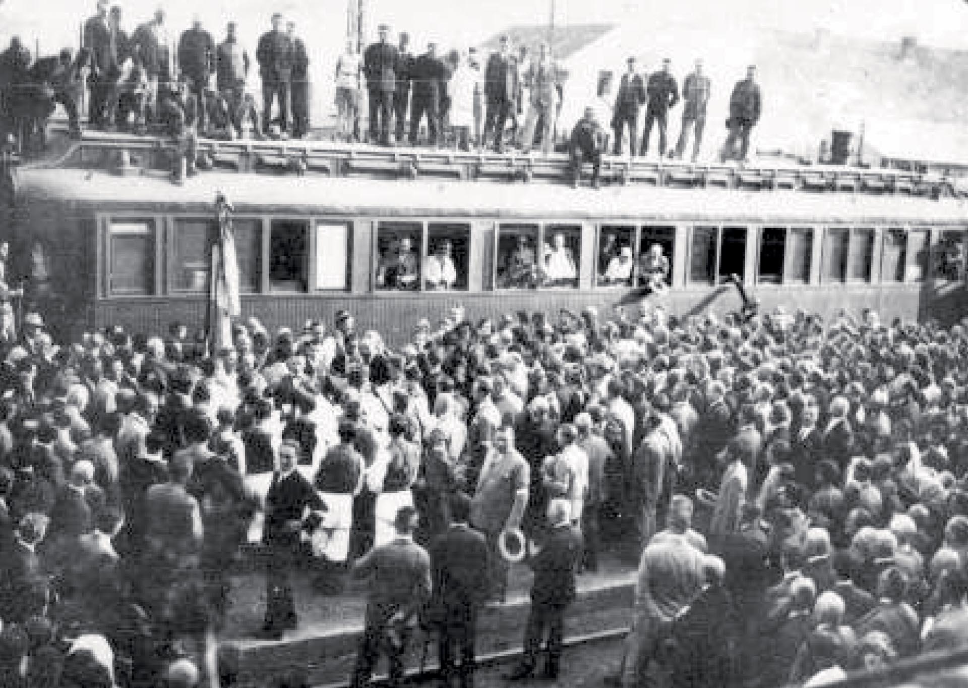 DOLAZAK VLAKA S RANJENIM STJEPANOM RADIĆEM NAKON ŠTO JE NA NJEGA IZVRŠEN ATENTAT U NARODNOJ SKUPŠTINI, U BEOGRADU 1928. GODINE | Foto: IZLOŽBA '120 GODINA HRVATSKE SOCIJALDEMOKRACIJE'