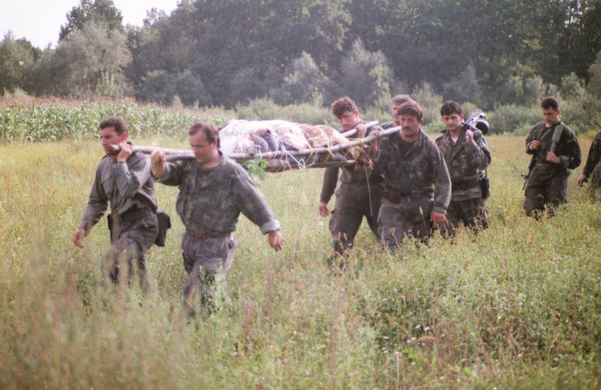 Mario Filipi kao ratni fotoreporter snimio je u jesen 1991. akciju izvlačenja tijela poginulog branitelja kod Nove Gradiške, u kojoj su sudjelovali i general Ante Gotovina te Damir Tomljanović-Gavran, koji je poginuo 1994. FOTO: Mario Filipi
