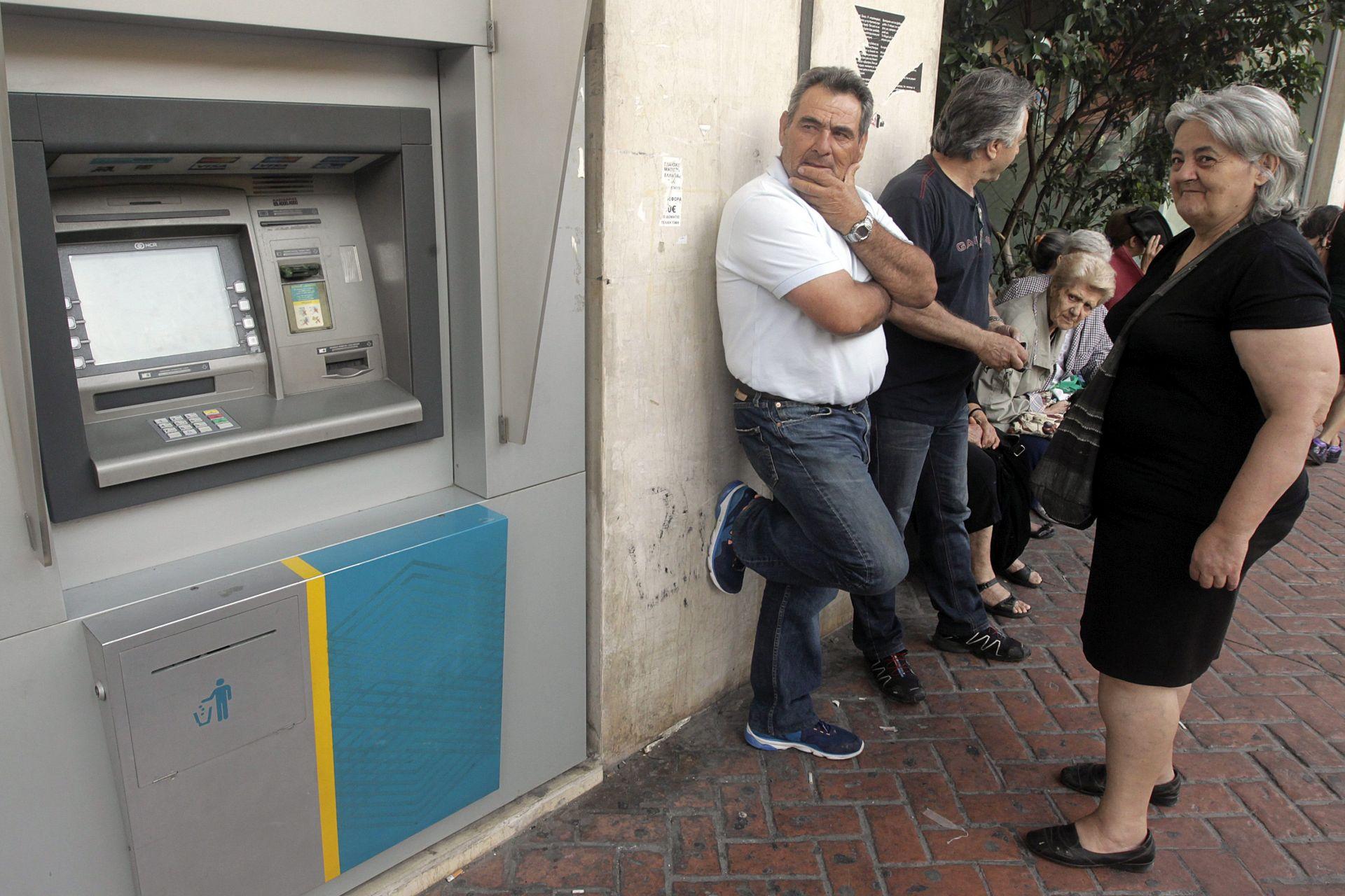 PANIKA U GRČKOJ Grci prazne dućane, redovi na benzinskim pumpama