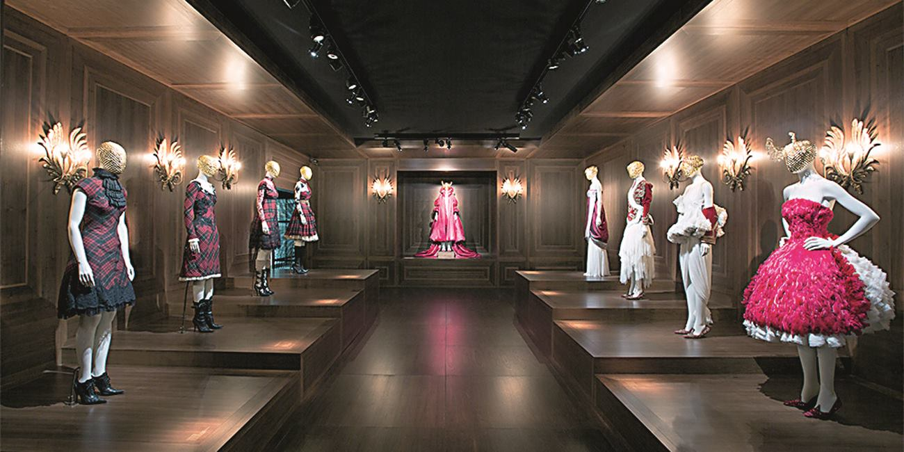 MCQUEENOVA TARTAN KOLEKCIJA IZ 2006. GODINE, POSTAVLJENA NA DRVENE PLATOE FOTO: IVANA STIGLEITNER GOTOVAC I V&A MUSEUM