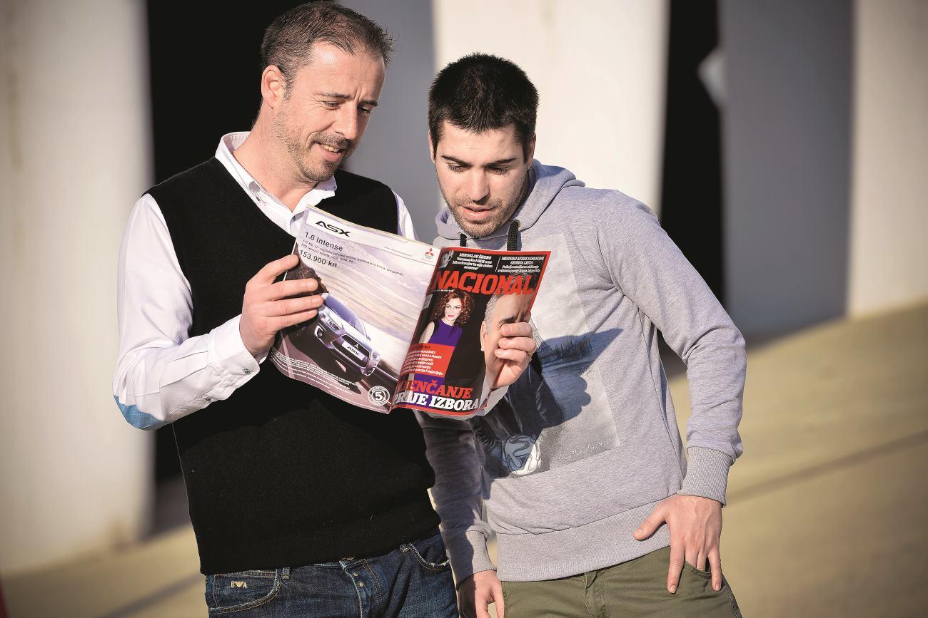 Trener Robert Grdović i srpska zvijezda Mladen Kocić čitaju Nacional FOTO: Josip Regović