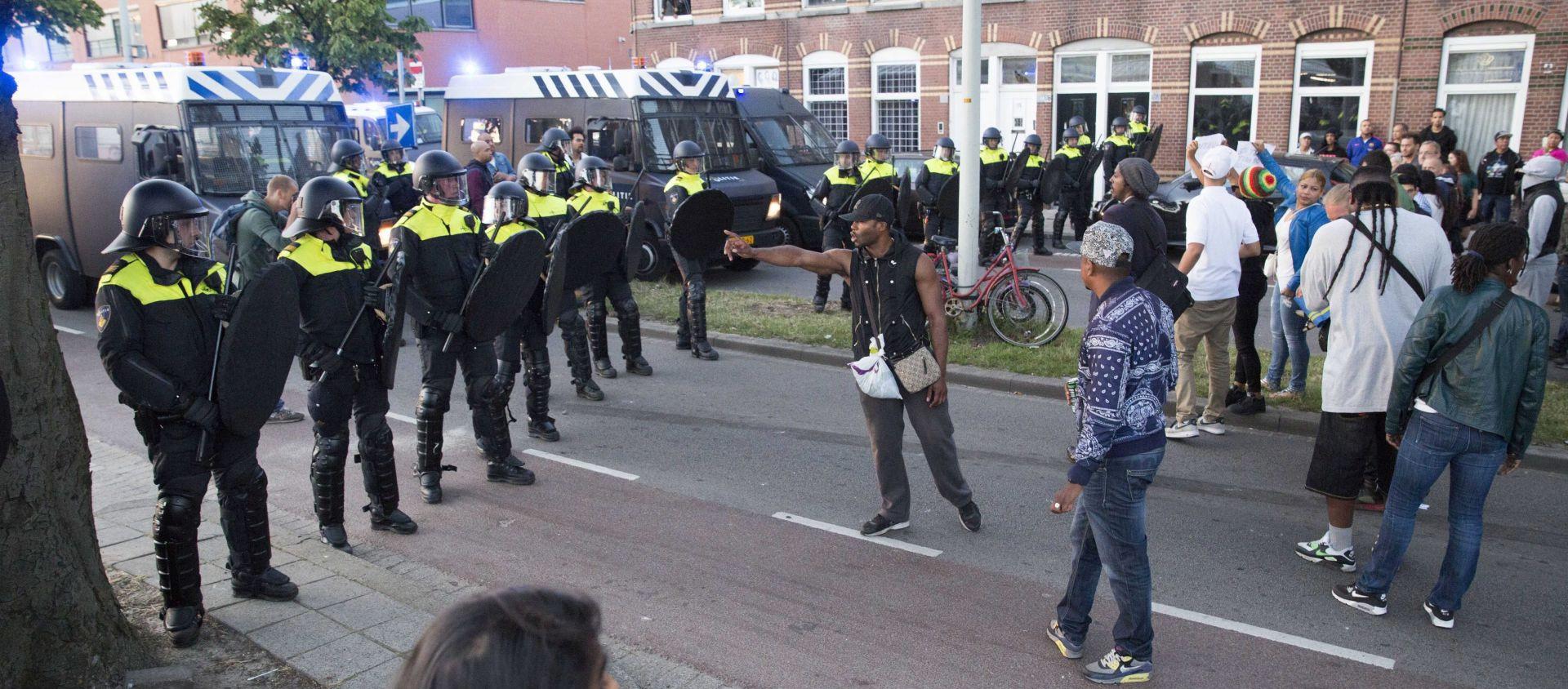 NEREDI U DEN HAAGU Stotine prosvjednika u obračunu s policijom