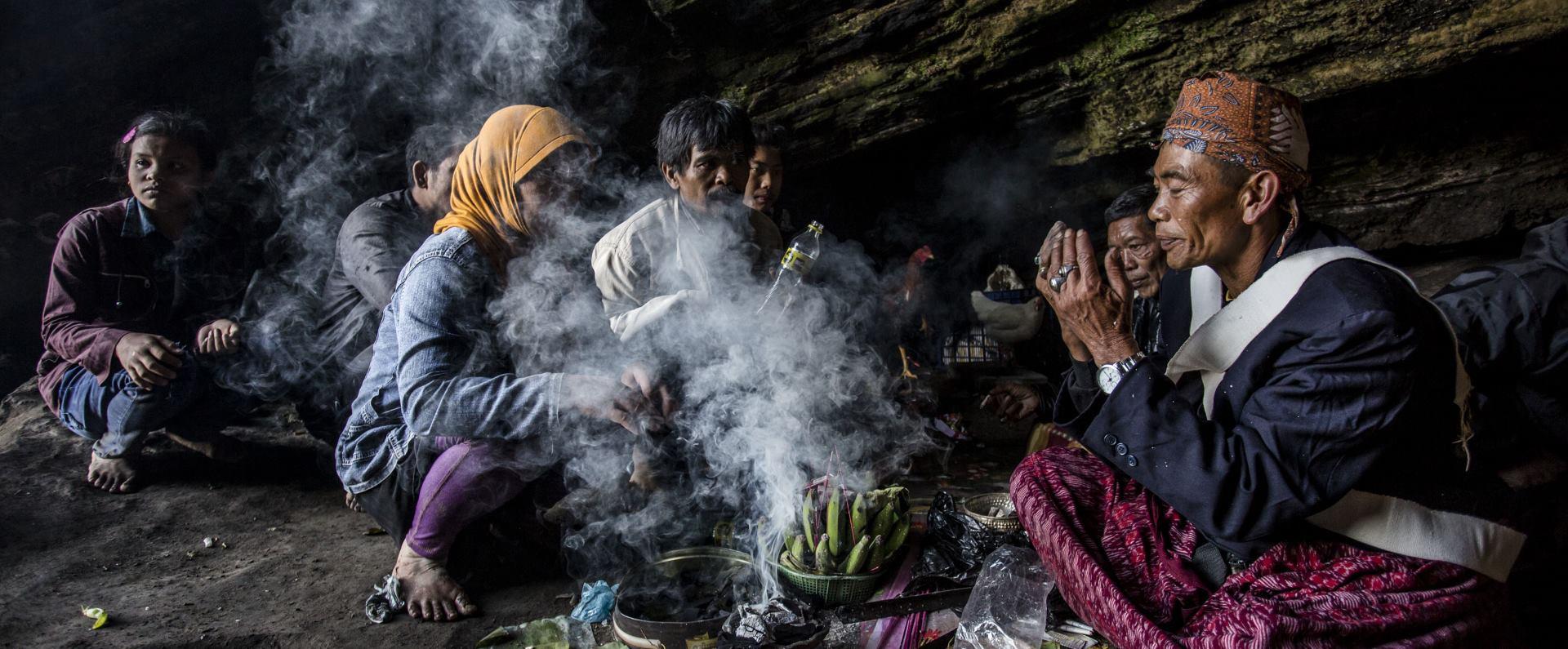 INTERESANTNO Hinduistički vjernici prinose žrtvu vulkanu