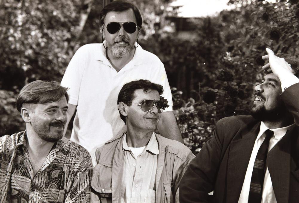 S LIJEVA NA DESNO: KOLEGE S HRT-a DRAŽEN PETRAČ, MARIO KIŠIĆ, DRAGAN ARUNOVIĆ I DRAŽEN SIRIŠČEVIĆ 1993. GODINE, NA POČECIMA EMITIRANJA 'OPERE BOX' FOTO: Privatna arhiva