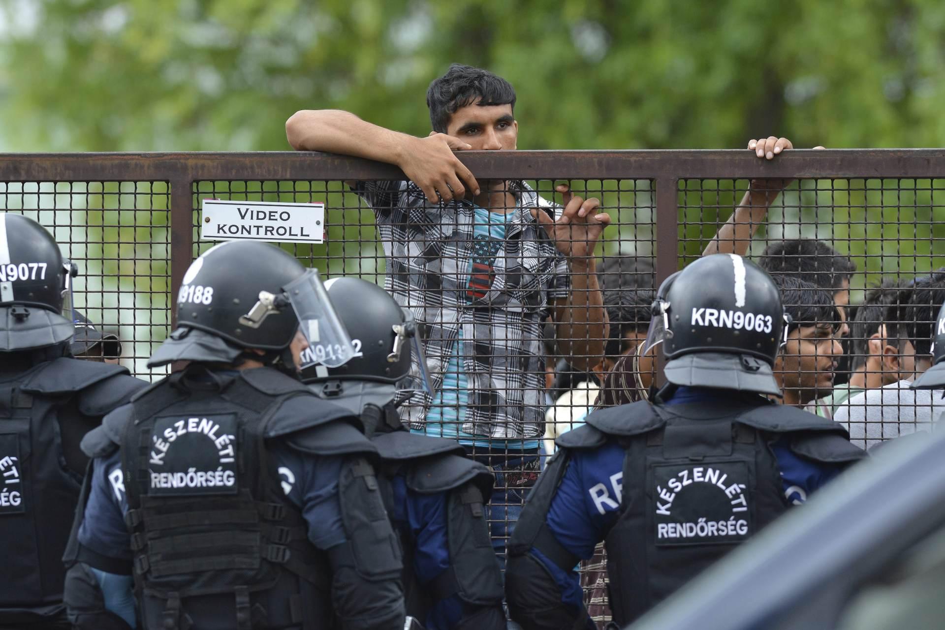 NE POMAŽE NI OGRADA: Rekordan broj migranata prešao u Mađarsku