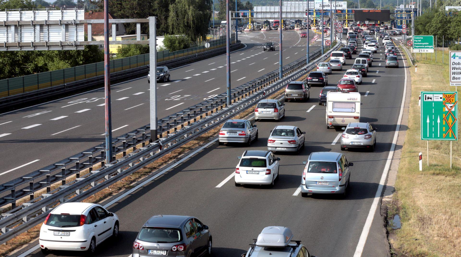 VOZAČI OPREZ: Promet pojačan prema moru, na graničnim prijelazima i u trajektnim lukama