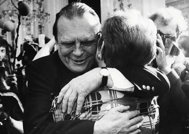 U zagrljaju s kolegicom iz književnih krugova 1981. u čuvenoj varšavskoj Palači na vodi (Pałac na Wodzie)