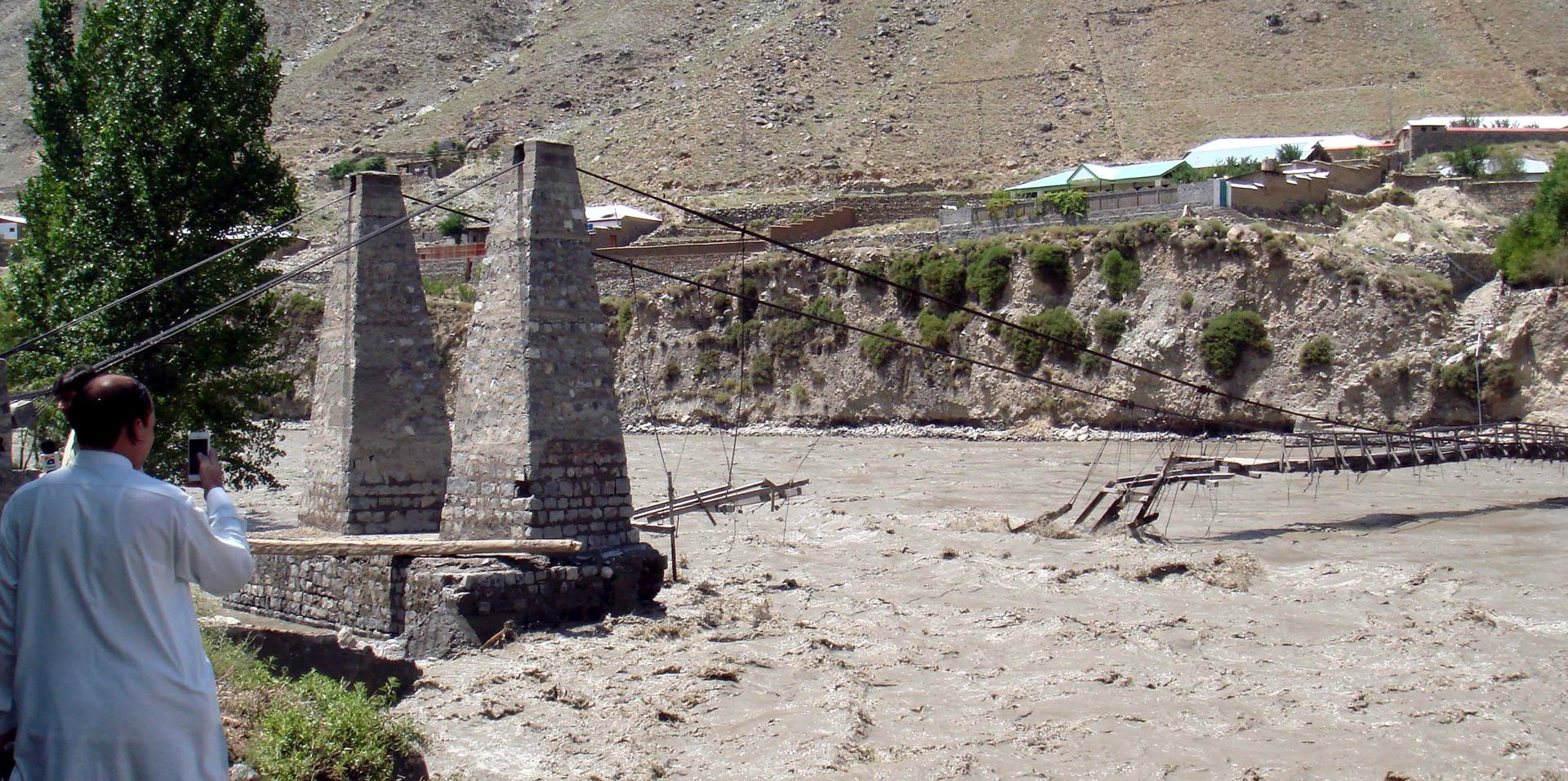 PAKISTAN: 36 mrtvih u bujicama i poplavama, odsječene stotine sela