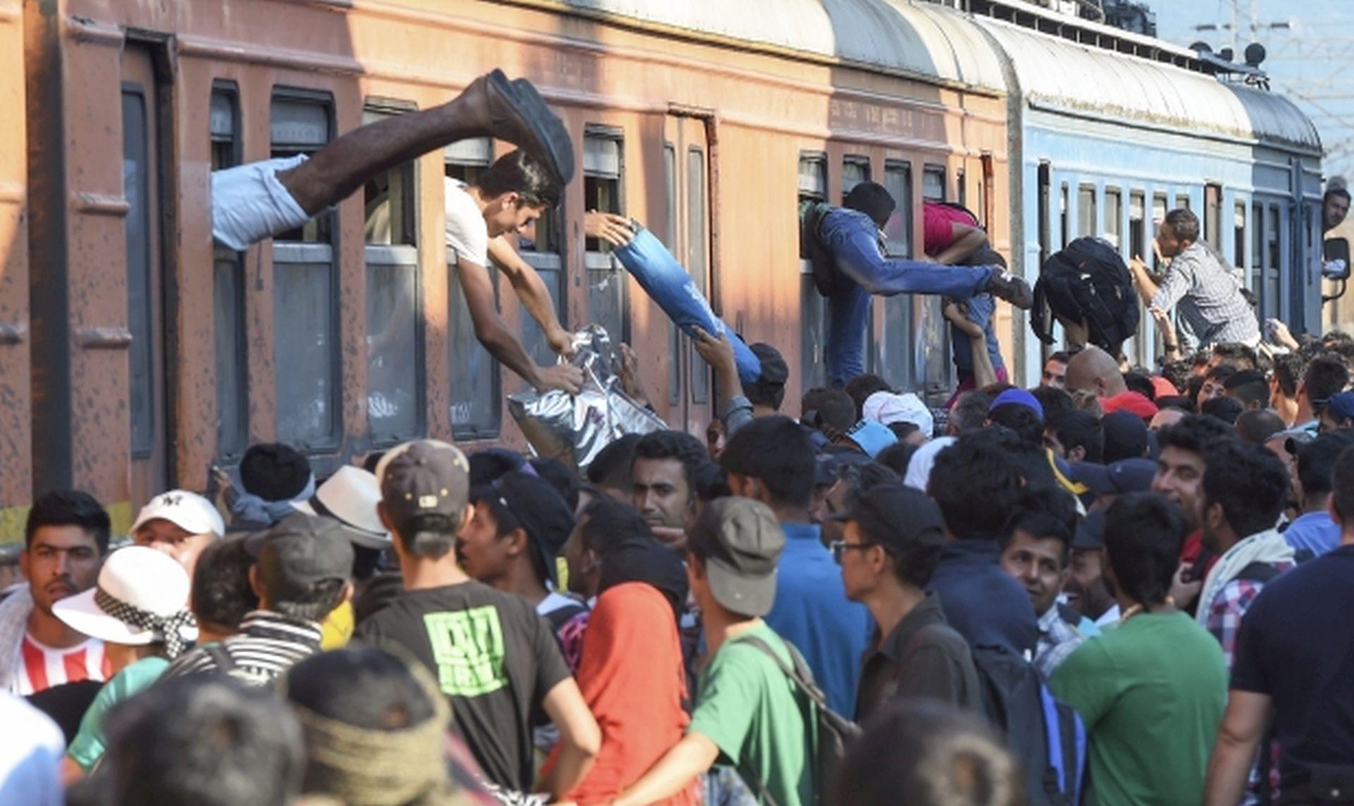 OČAJNI LJUDI Stotine migranata pokušava uskočiti na vlak za EU