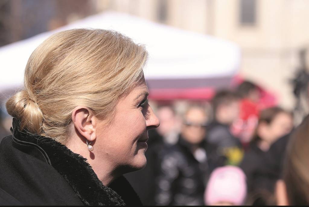 21.02.2015., Zagreb - Predsjednica RH Kolinda Grabar Kitarovic iskoristila je suncani dan za setnju centrom grada gdje je u pratnji svojih suradnika popila kavu te dala kratku izjavu okupljenim medijima.  Photo: Goran Stanzl/PIXSELL