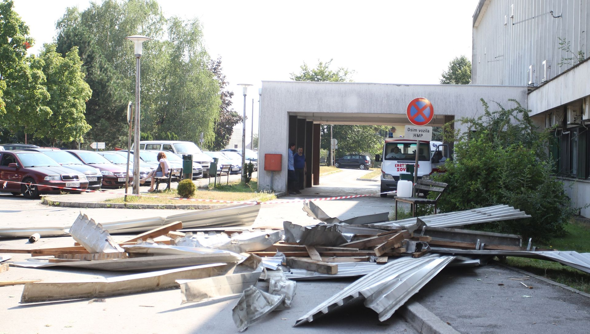 FOTO: SNAŽNO NEVRIJEME U KARLOVCU Stradao krov Opće bolnice, zbraja se šteta