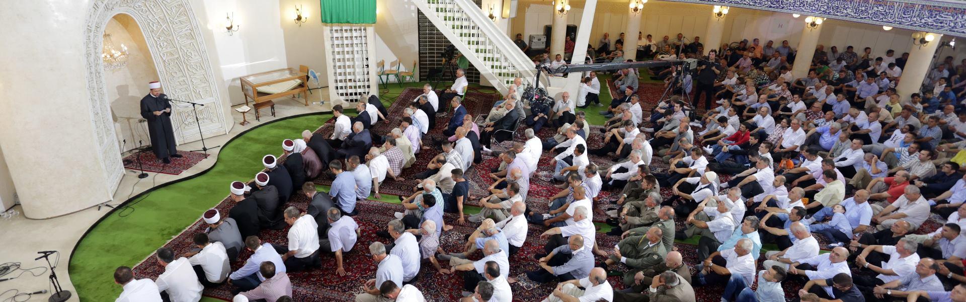 FOTO: Jutarnjom molitvom u džamiji počela proslava ramazanskog Bajrama