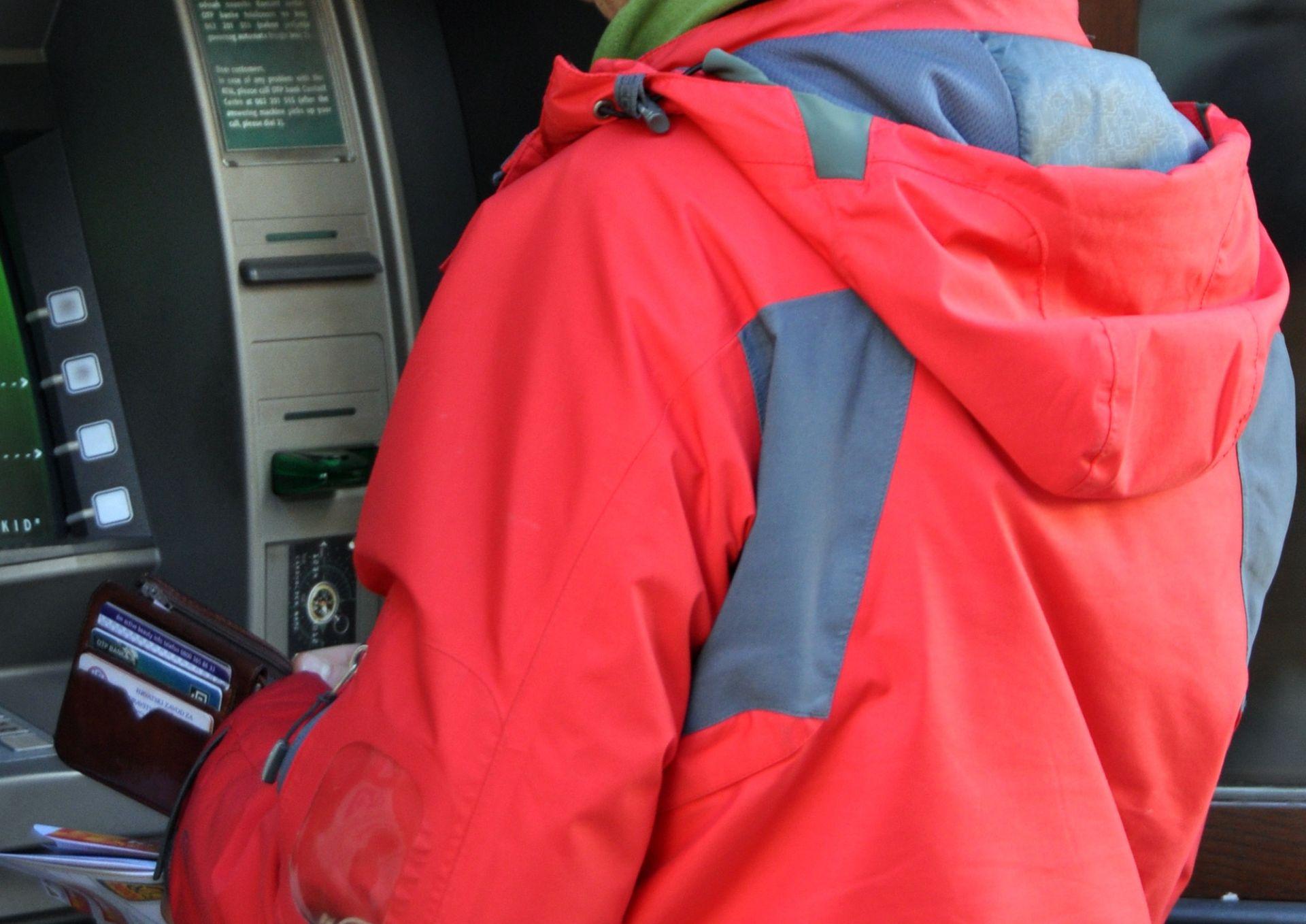OPREZ: Policija pronašla ilegalni čitač kartica postavljen na bankomatu kraj Pule