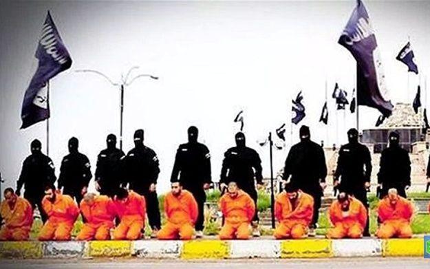 IS objavio novu snimku pokolja: Ubijeno više stotina mladića, tijela slažu bagerima na hrpu