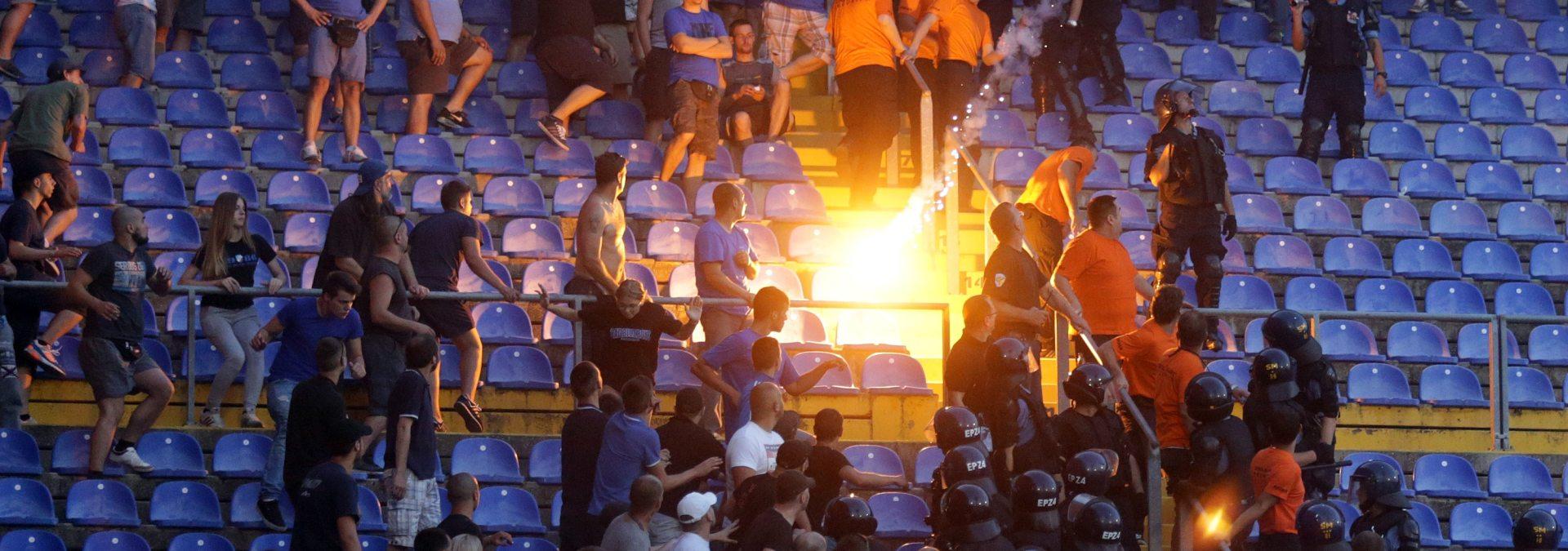 VIDEO I FOTO: Frakcije BBB-a se međusobno gađale bakljama na stadionu
