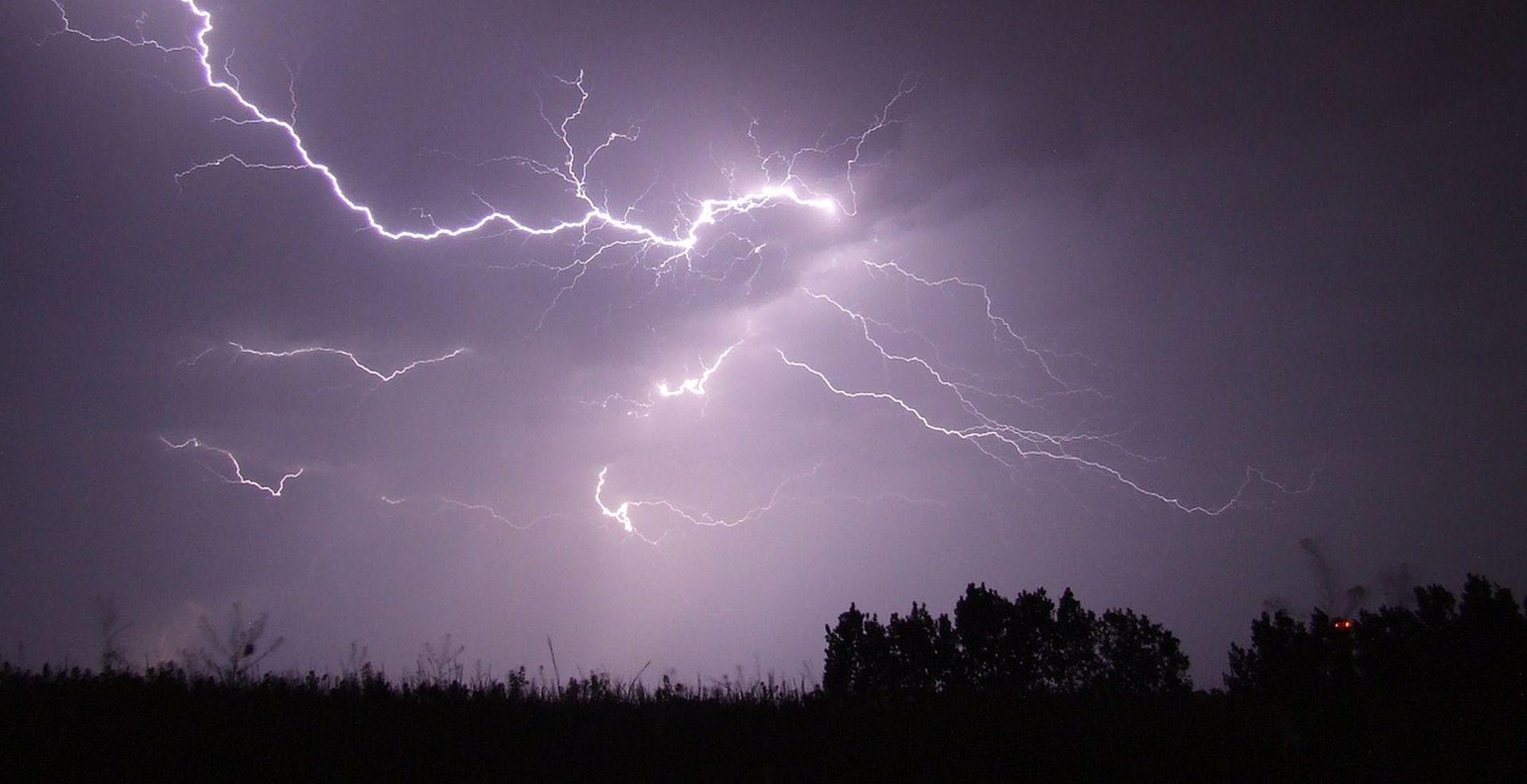 2000 MUNJA U 2 SATA Oluja u Istri: Vjetar rušio stabla, udari dostizali 130 km/h
