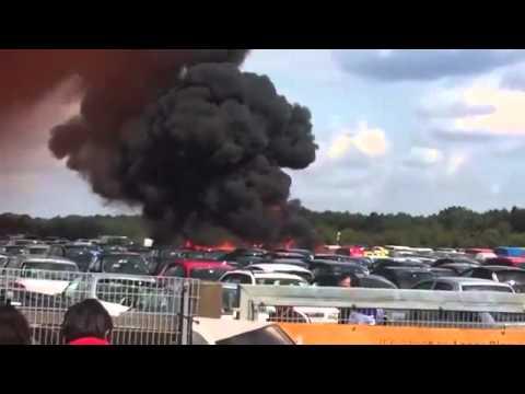 VIDEO: SRUŠIO SE PRI SLIJETANJU Privatni zrakoplov pao na sajam automobila u Velikoj Britaniji