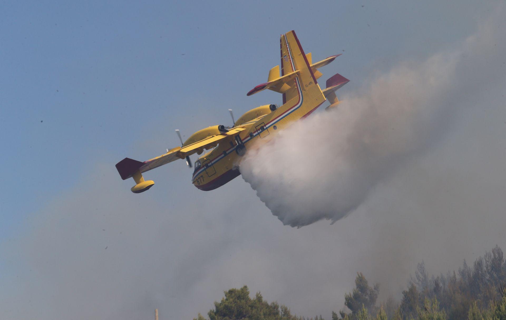 SEZONA POŽARA: Zračne snage gase vatru na Braču i u Ražancu