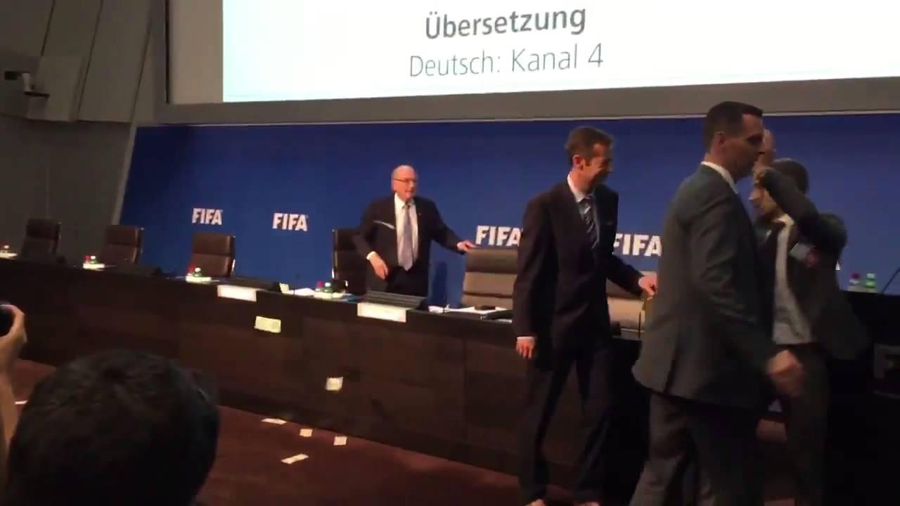 VIDEO: Blatter zatrpan novcem