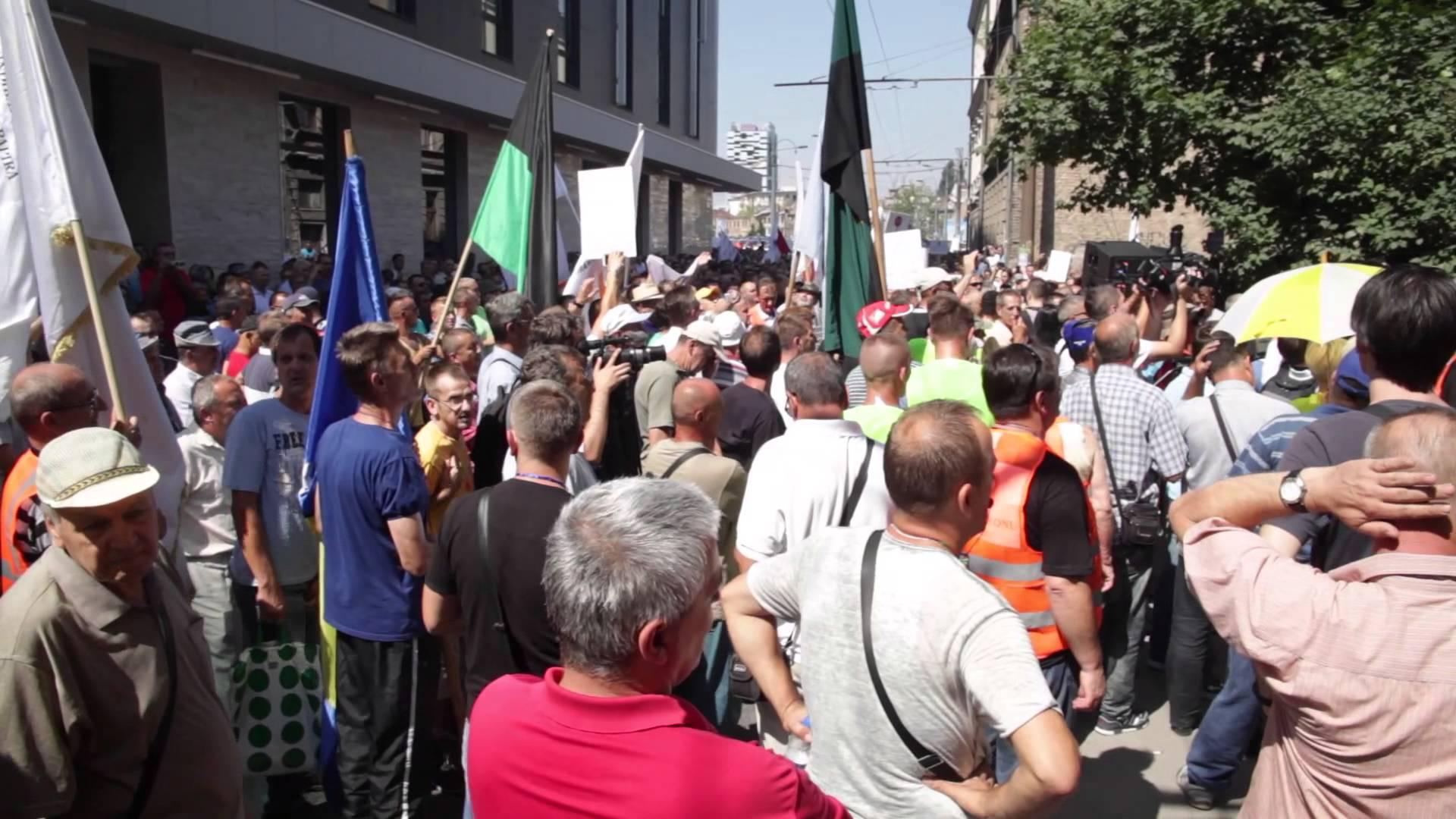 VIDEO: Više tisuća prosvjednika u Sarajevu zbog donošenja novog Zakona o radu