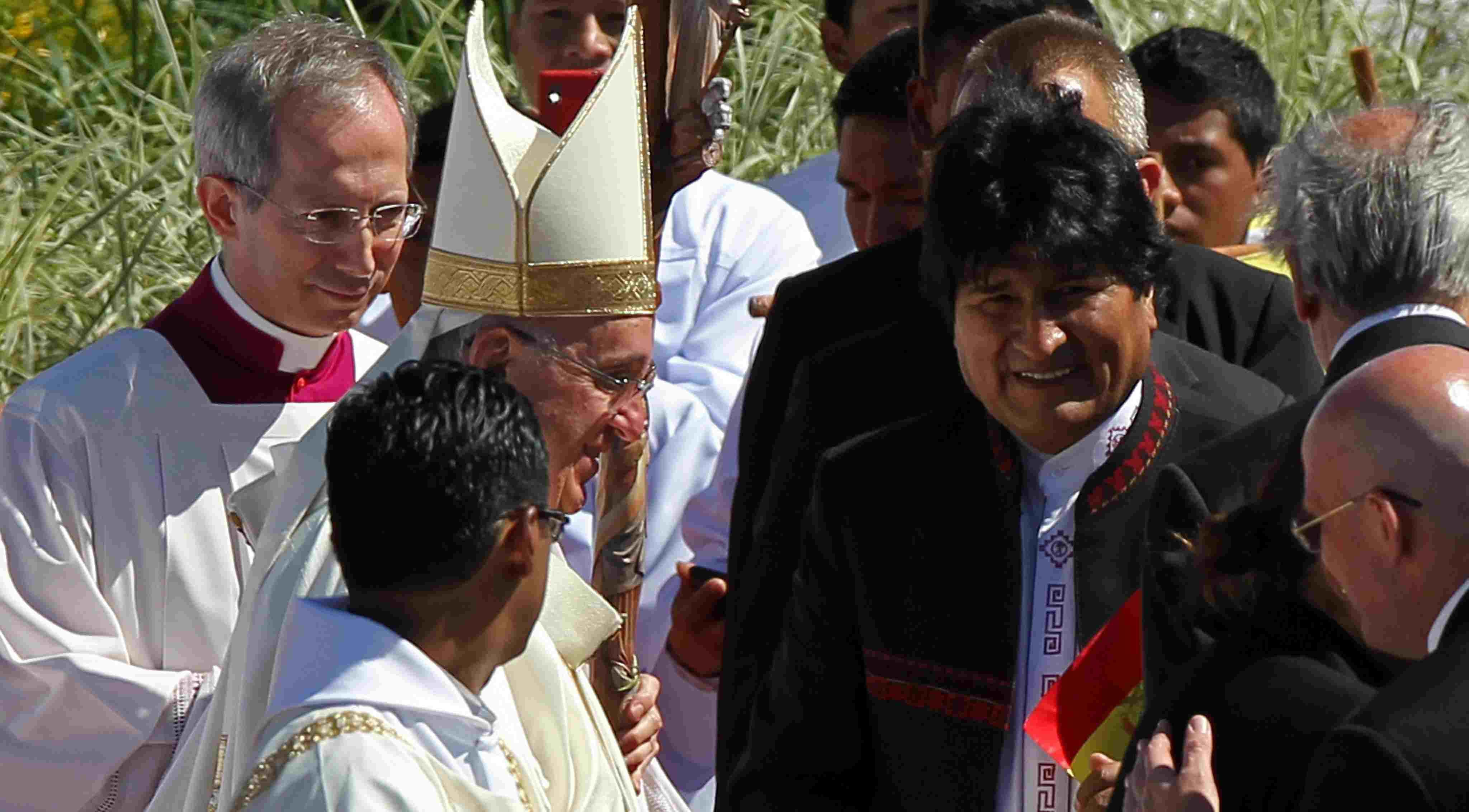U SVOM STILU: Morales poklonio Papi križ sa srpom i čekićem