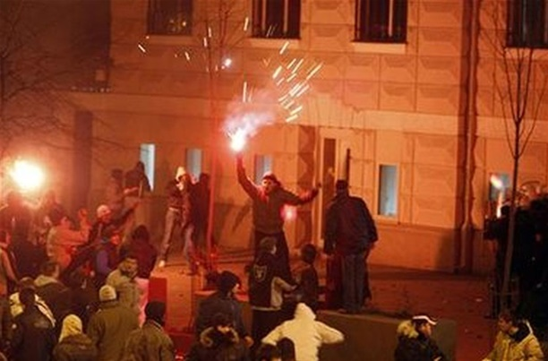 VIDEO: NEREDI U CENTRU SARAJEVA Specijalci na ulicama zbog žestokog sukoba navijača