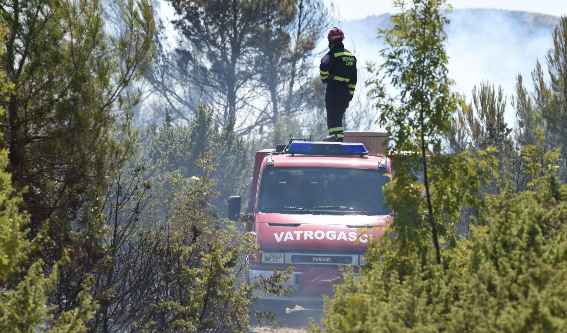 OZLIJEĐENA DVA VATROGASCA Požar kod Perkovića gase tri kanadera i dva air tractora