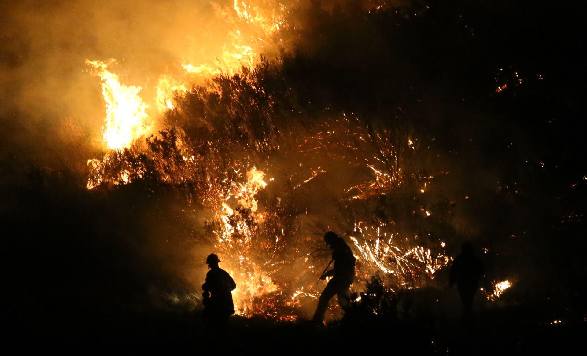 U kalifornijskom požaru uništeno stotinu domova