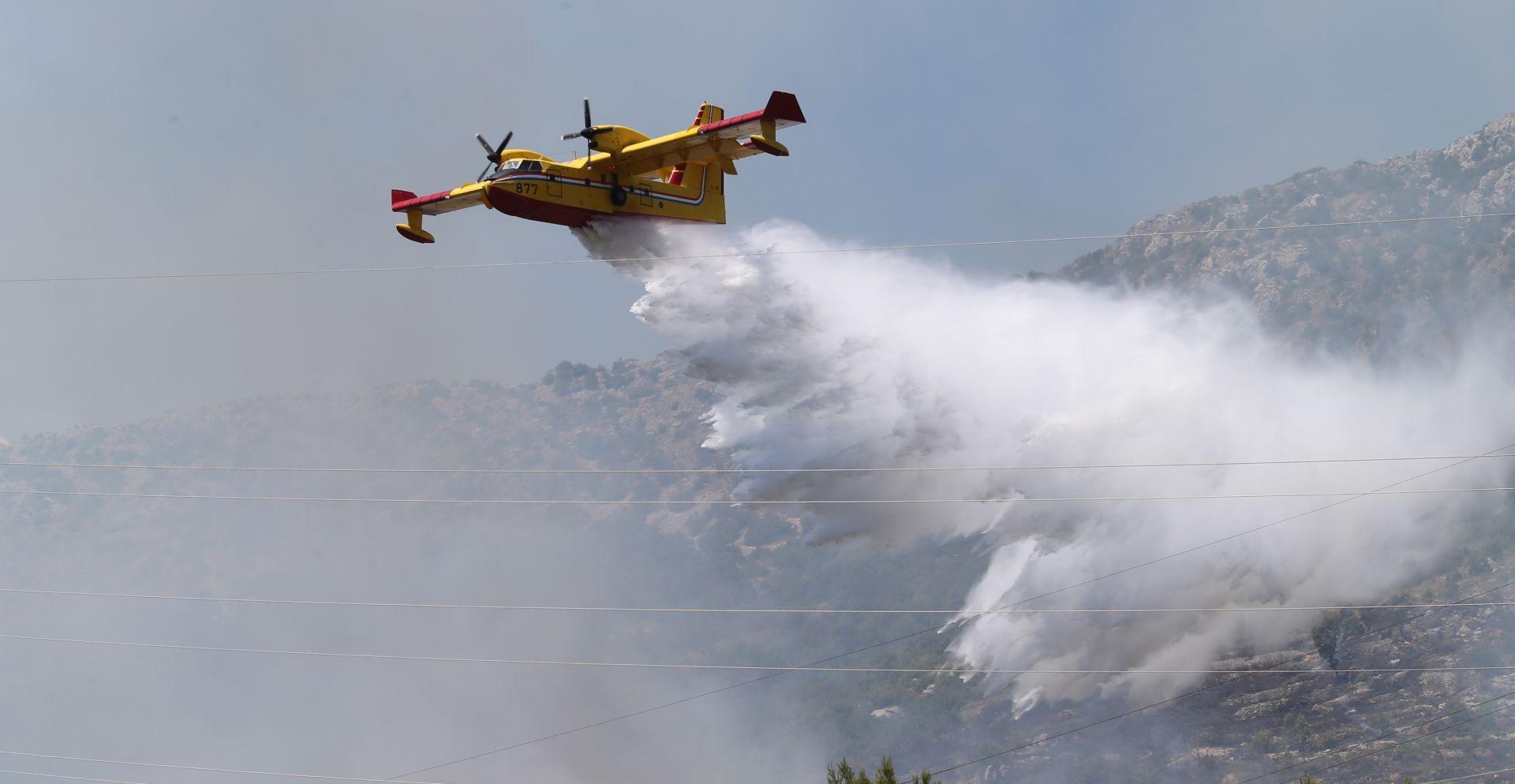 BITKA S VATROM Teški teren i vjetar otežavaju gašenje u Smokvici na Korčuli