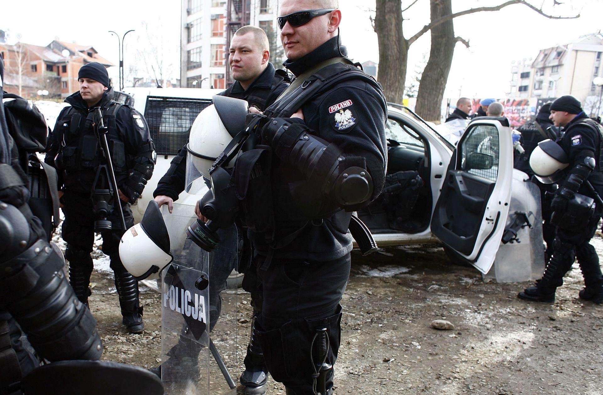 OPASADA U BEOGRADU Naoružani muškarac prijeti da će bombom raznijeti zgradu