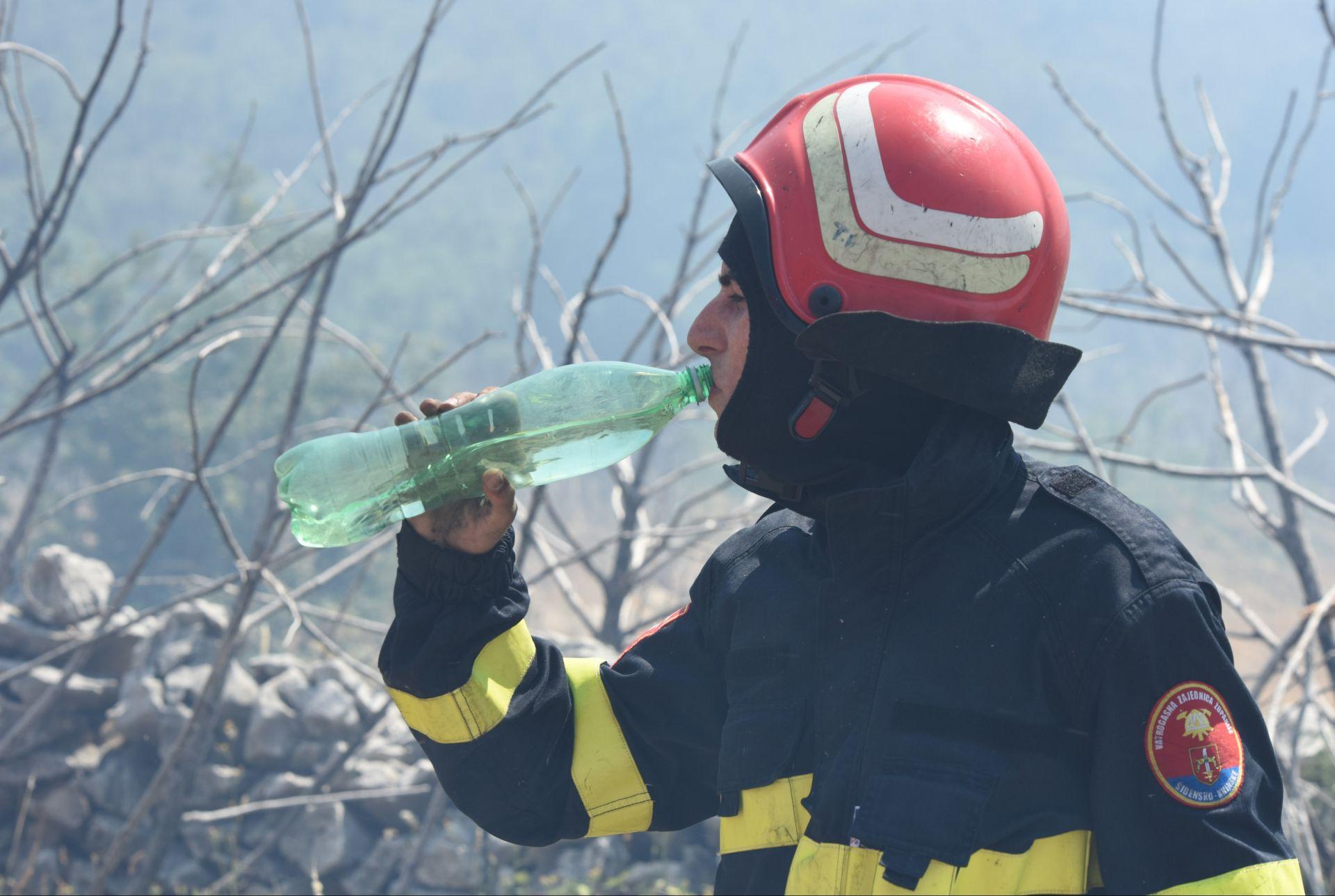 280 VODENIH BOMBI Tri požare gase kanaderi HRZ i PZO-a