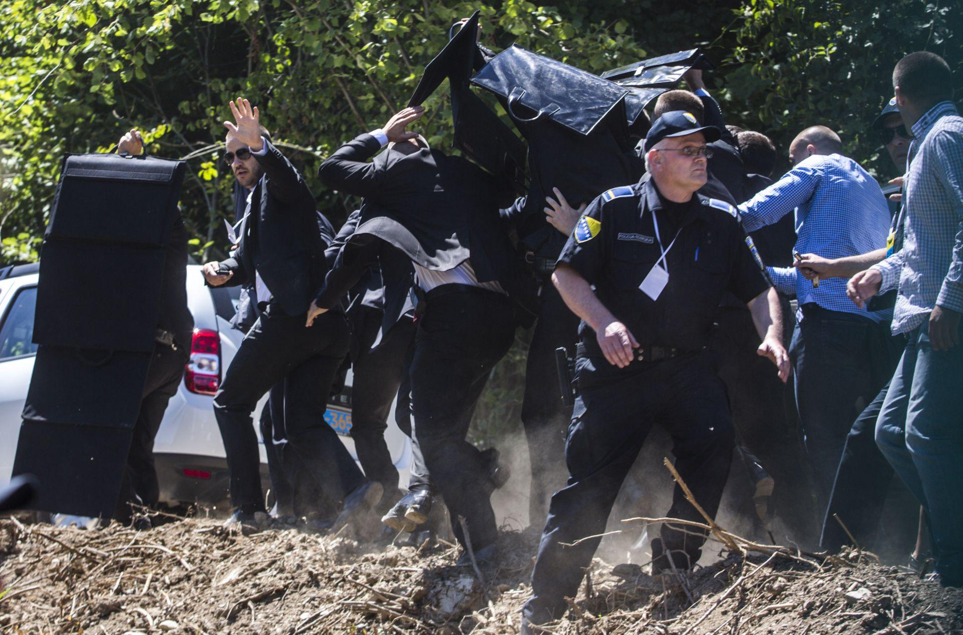 UHIĆENI VUČIĆEVI NAPADAČI Tri osobe privedene zbog napada na Vučića u Srebrenici