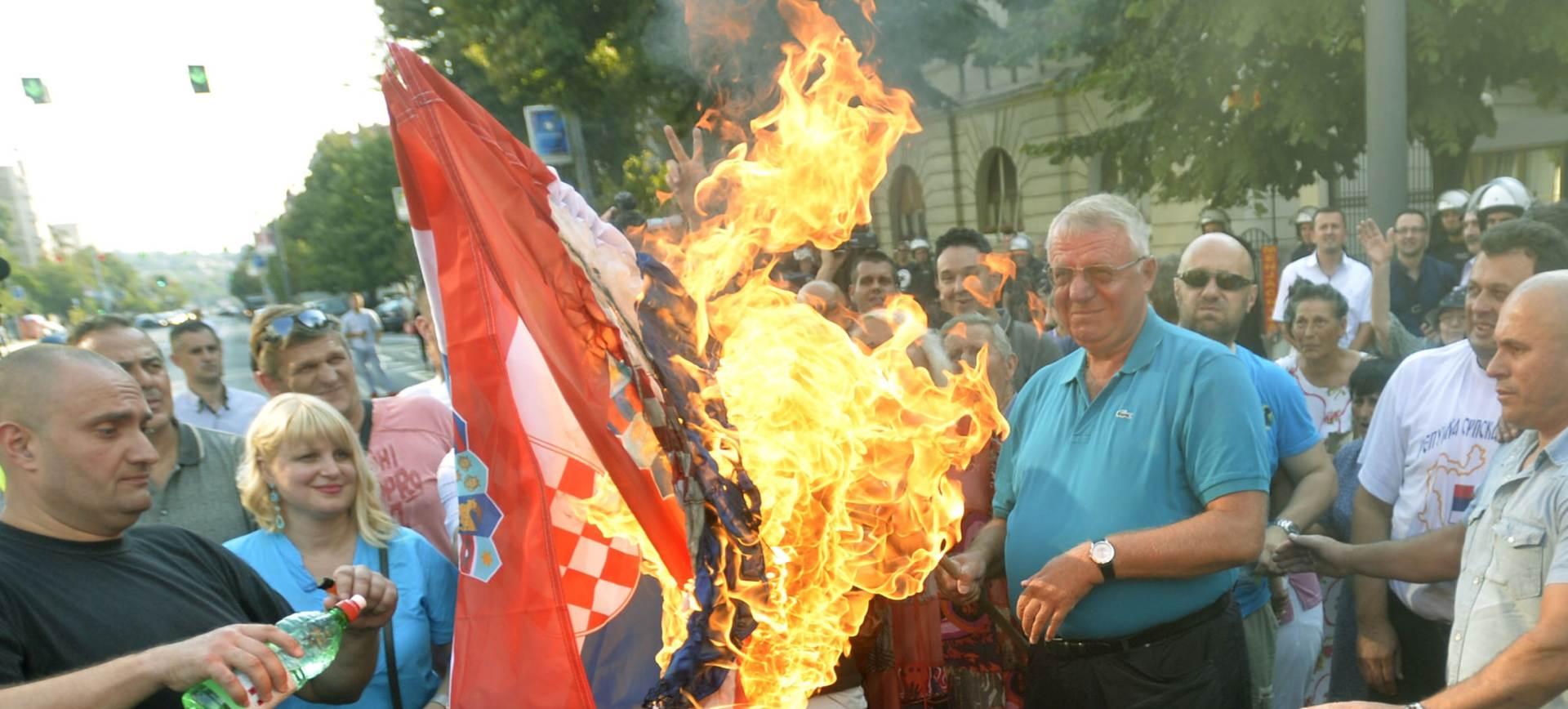 OŠTRA REAKCIJA MVEP-a Srbiji: Nedopustivo je da Šešelj neometano pali zastavu
