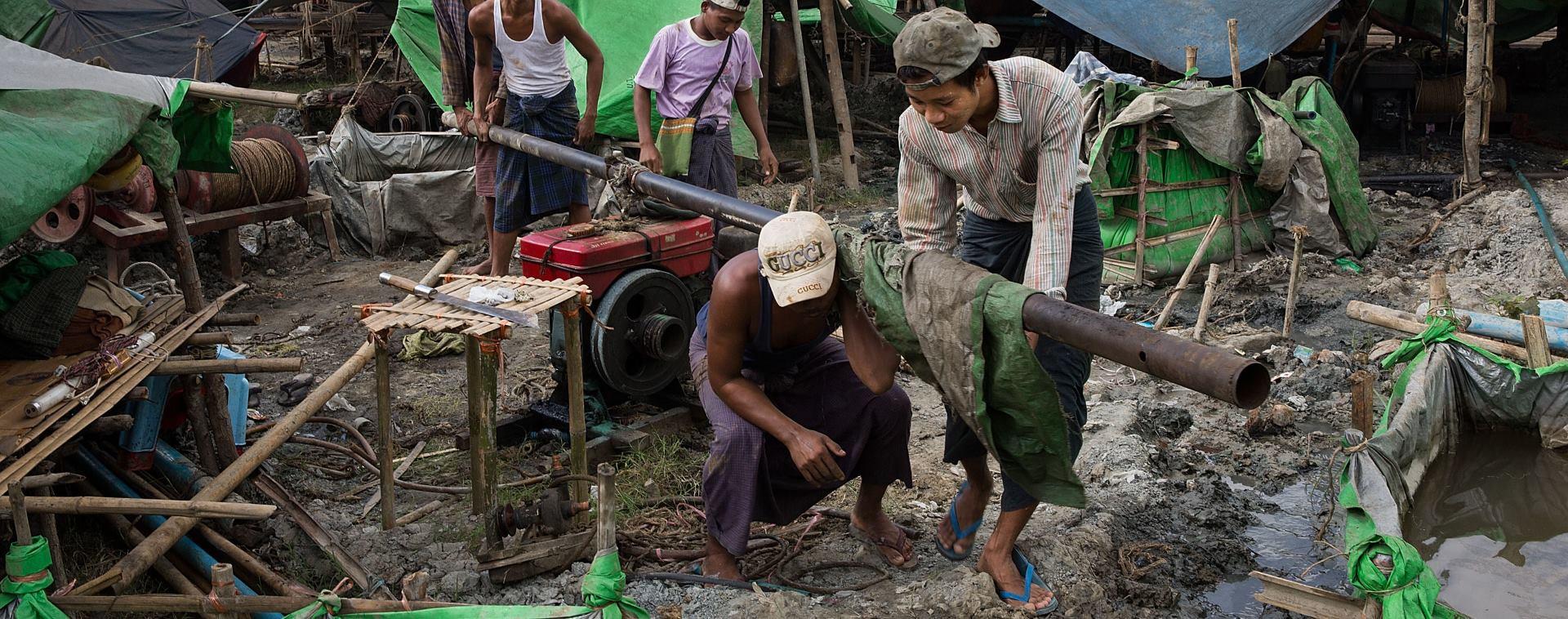 POTRAGA ZA NAFTOM Burmanci improviziranim postupcima crpe naftu