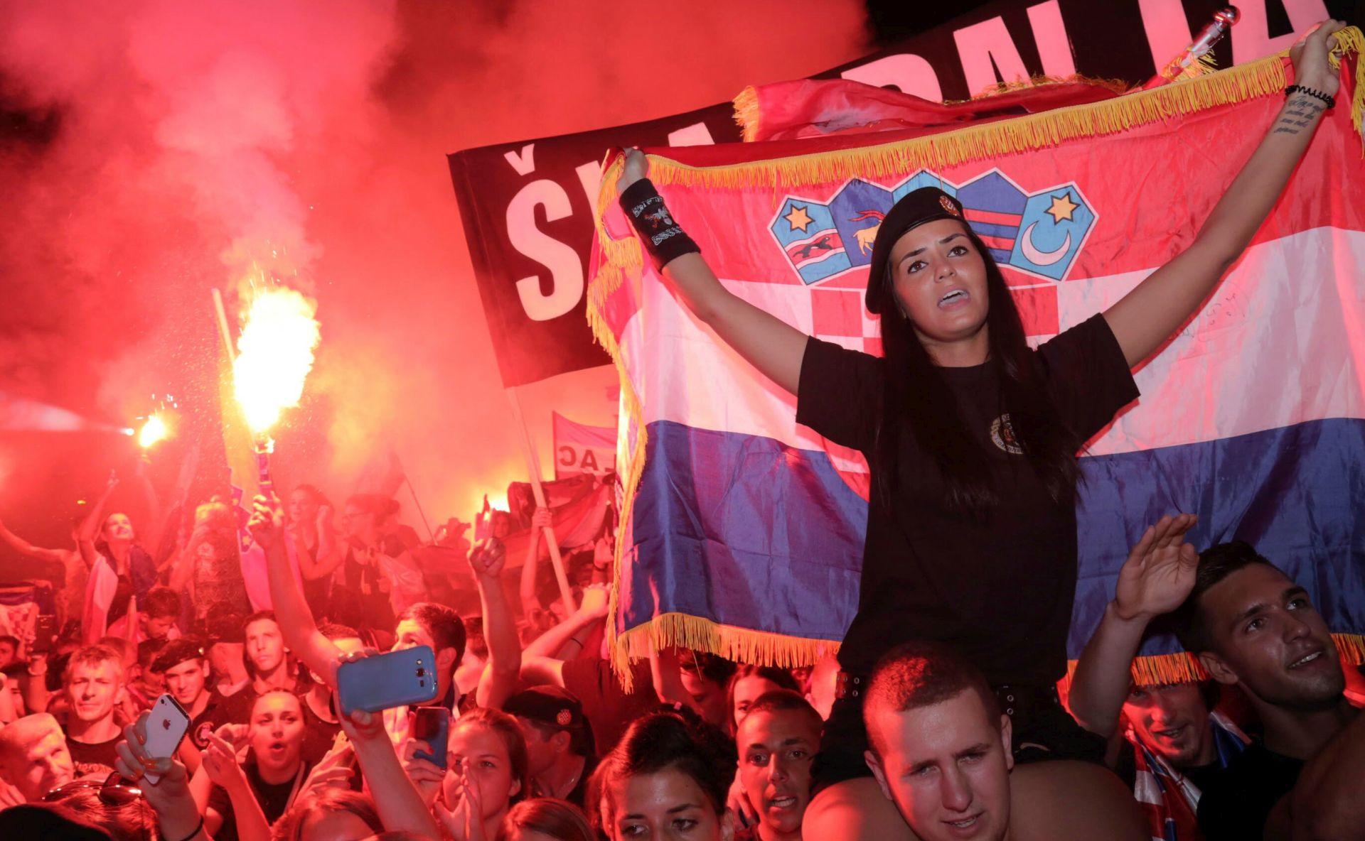NEZAOBILAZNA KOREOGRAFIJA: Na Thompsonovom koncertu bilo ustaških kapa i zastava