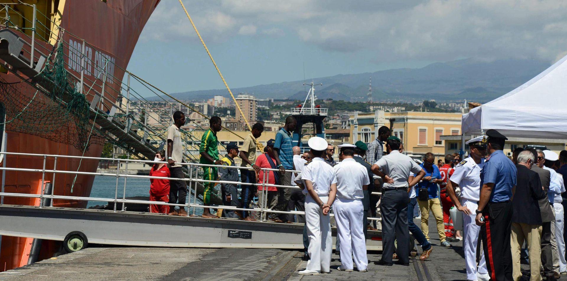 VJEROJATNO SE UGUŠILI NA BRODU U Italiju stiglo 49 mrtvih migranata