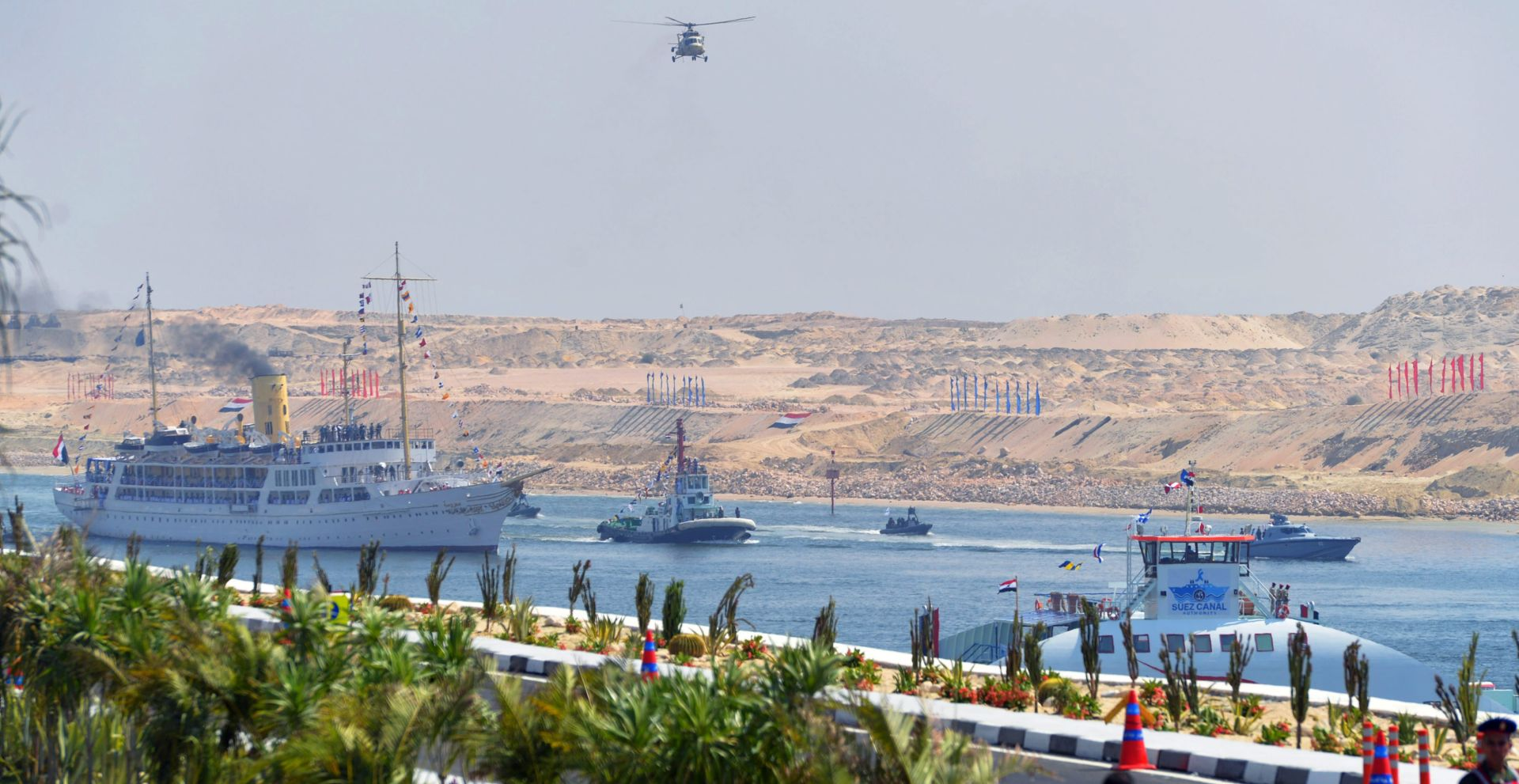FOTO: GOSTI HOLLANDE I MEDVEDEV Prvi brod zaplovio novim Sueskim kanalom