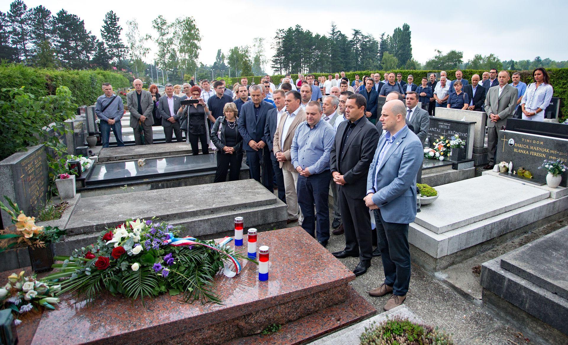 FOTO: Zagrebački HDZ položio vijence na grobove Stjepana Đurekovića i Brune Bušića