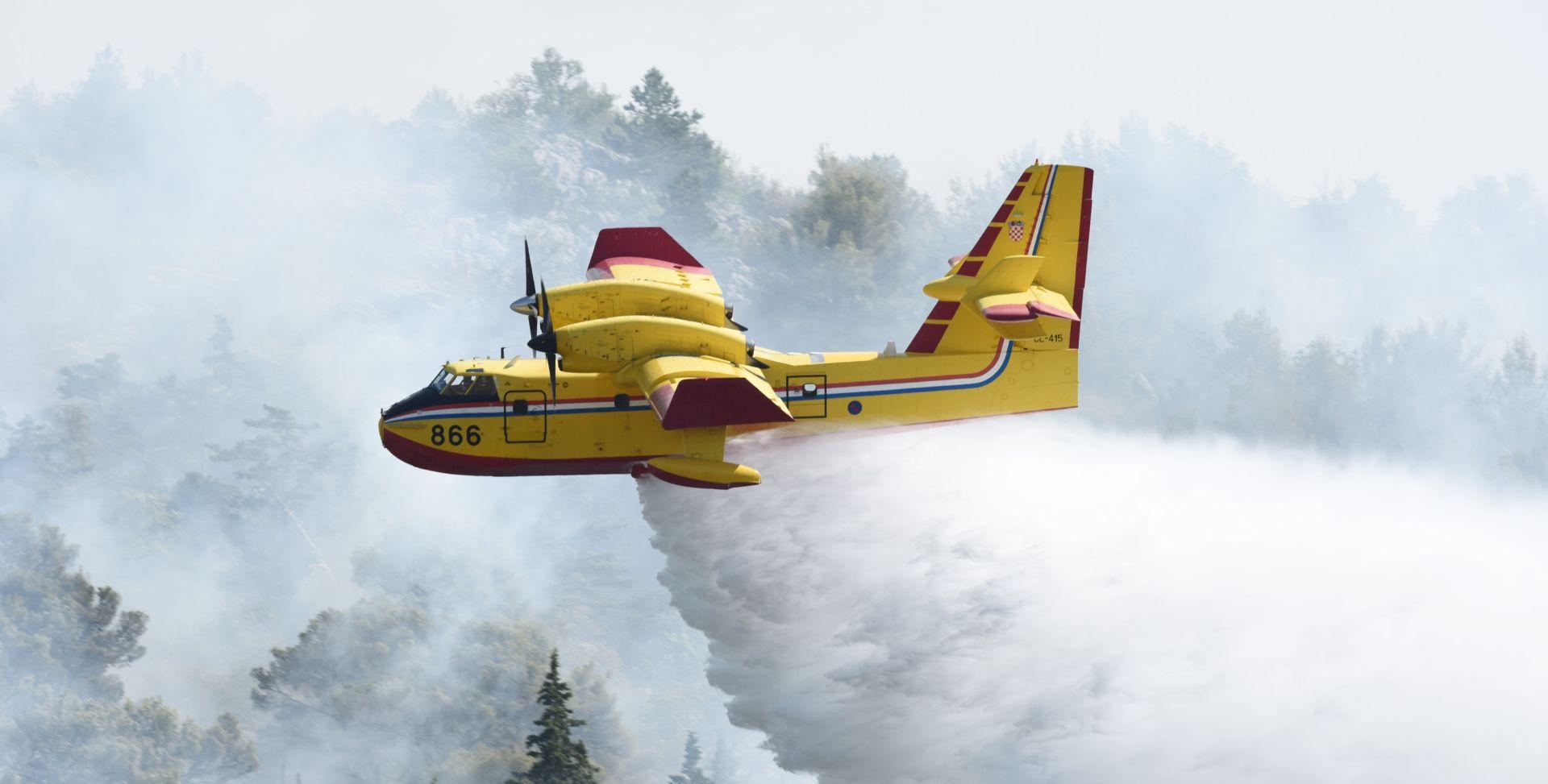BRZA REAKCIJA Požar iznad Omiša pod kontrolom gasitelja, zračne snage gasile dva požara