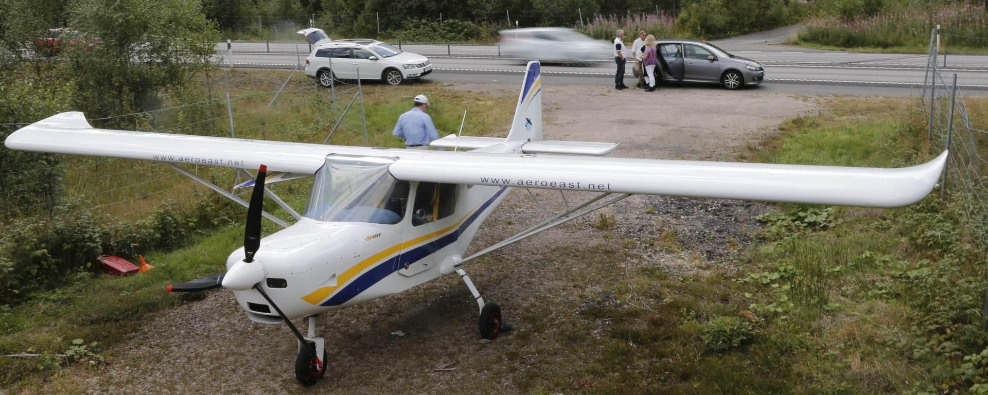 VOZAČI GA POGURALI: Manji zrakoplov sletio na autocestu u Švedskoj