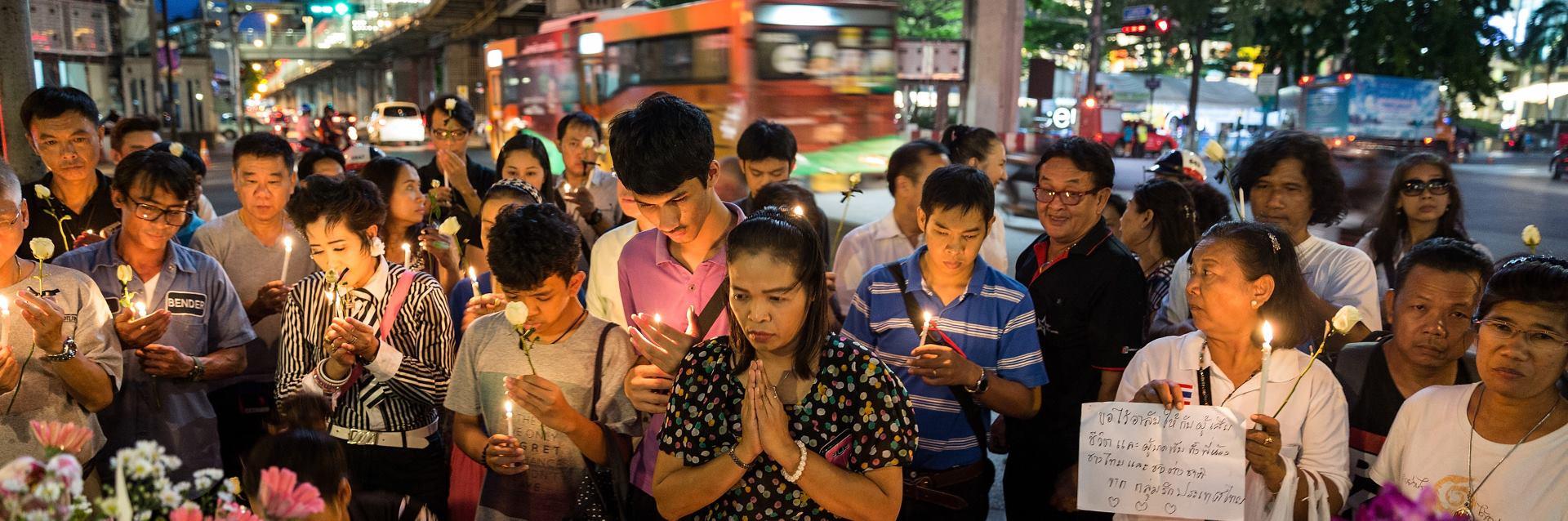 NAKON EKSPLOZIJE Ljudi mole za žrtve ispred oltara svetišta Erawan