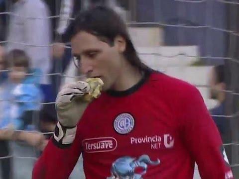 VIDEO: LEKCIJA OČITANA Argentinskog vratara navijači gađali hamburgerom, on ga pojeo