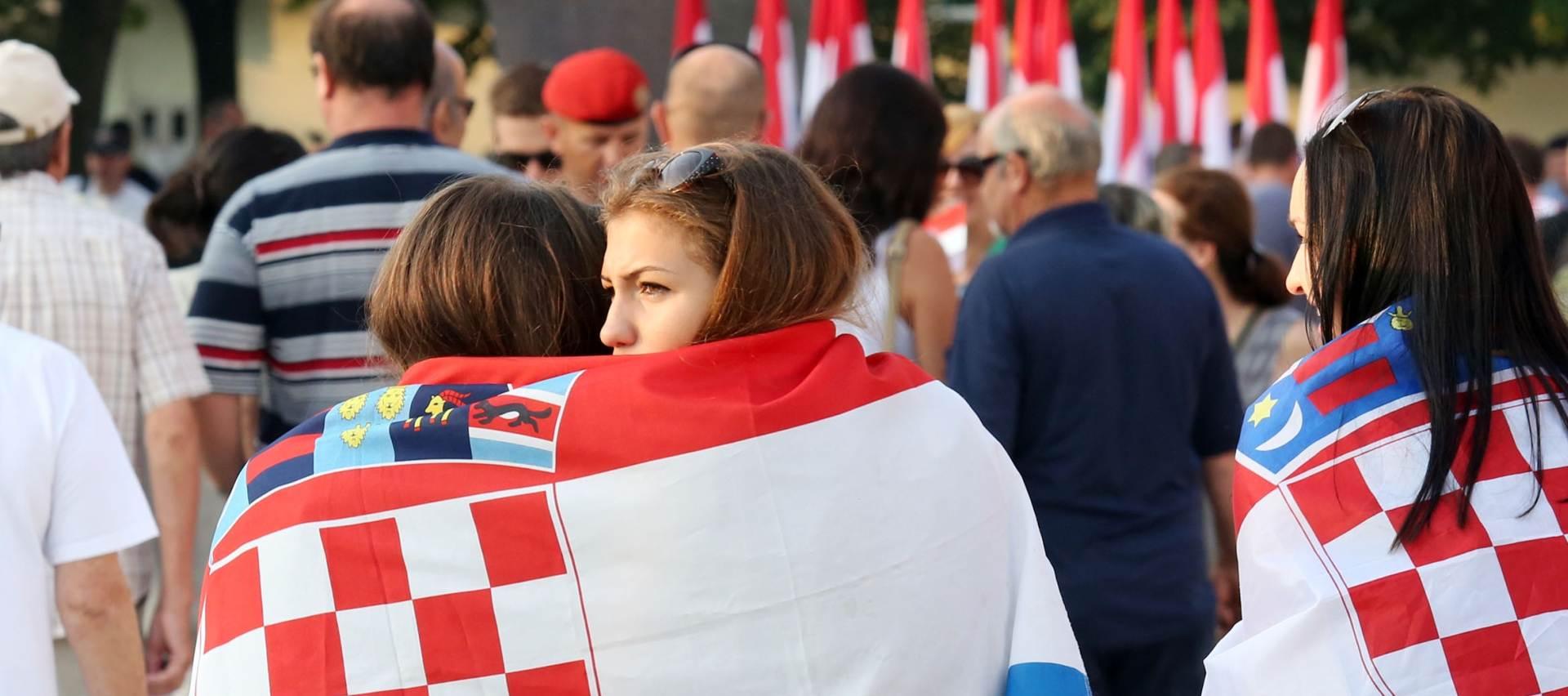 """DOK SE U HRVATSKOJ SLAVI: Zbog napetosti oko """"Oluje"""" teški dani za hrvatsku manjinu u Vojvodini"""