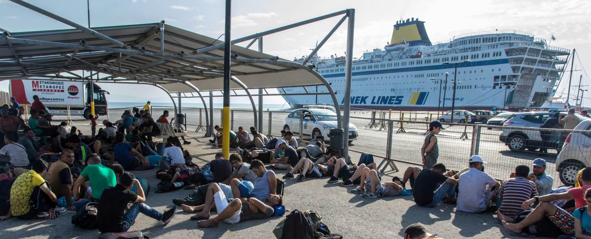 POKUŠAJ UVOĐENJA REDA: Grčka ukrcava izbjegle Sirijce na brod