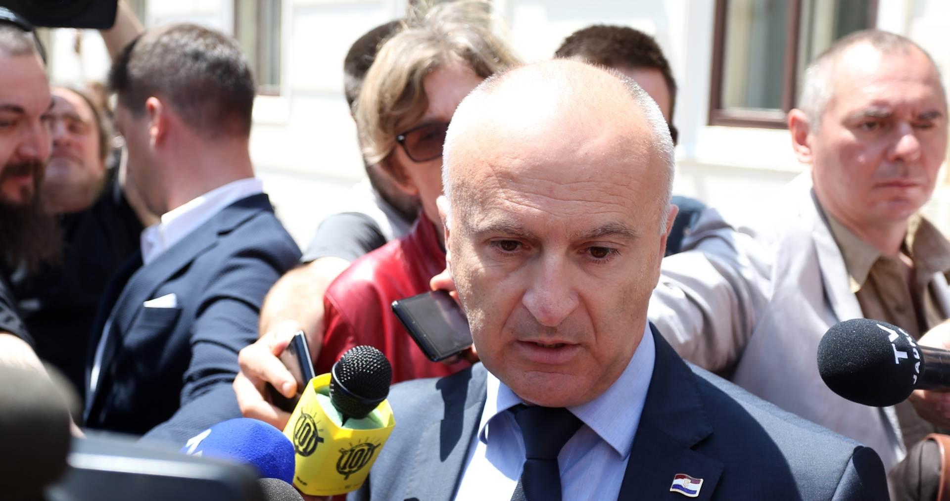Ministarstvo branitelja osuđuje paljenje hrvatske zastave u Vukovaru