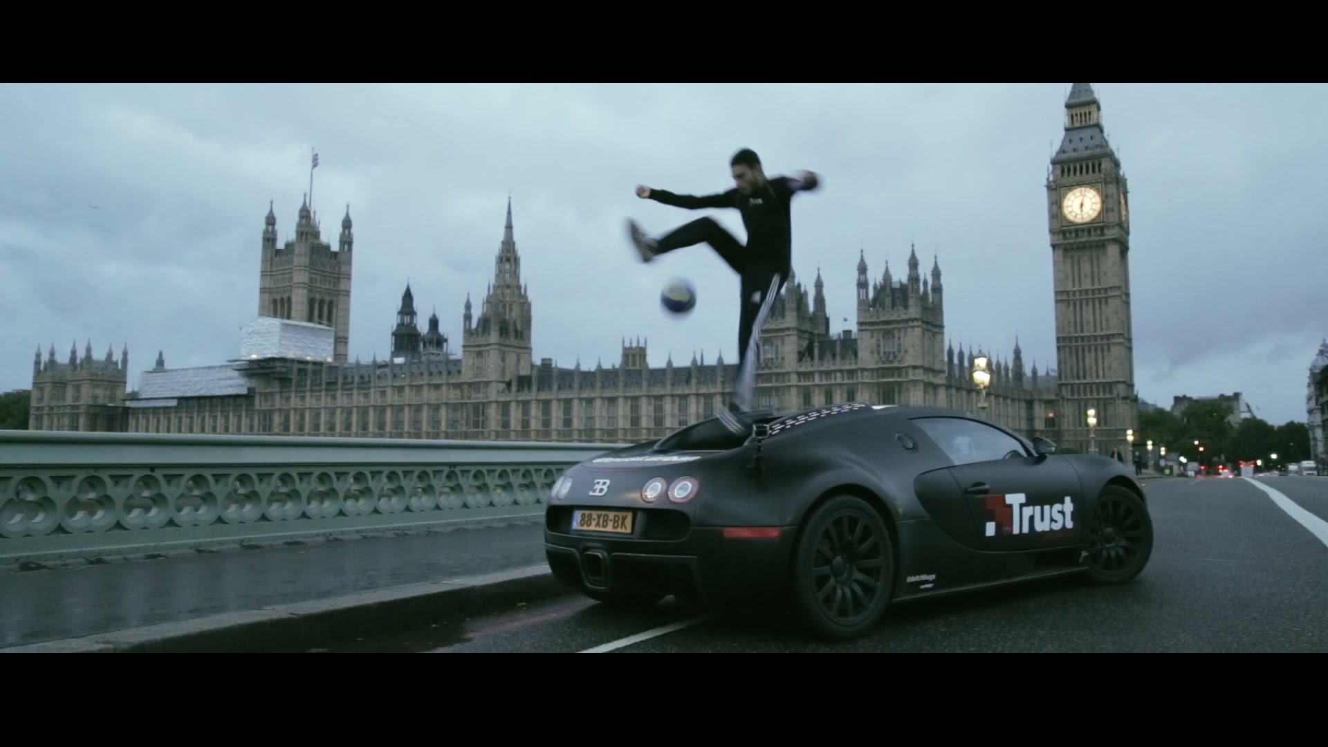 Vratolomije nogometnom loptom na Bugatti Veyronu