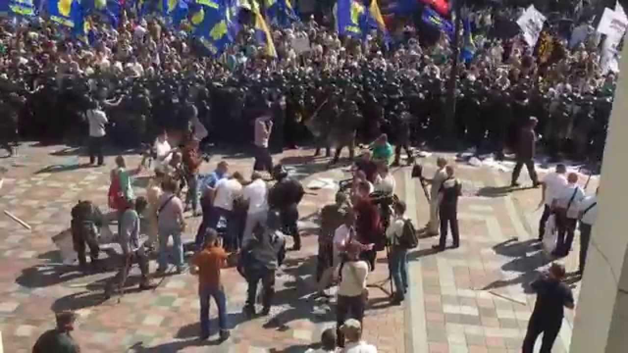 VIDEO: KAOS U KIJEVU Ukrajinski parlament usvojio reformu o autonomiji