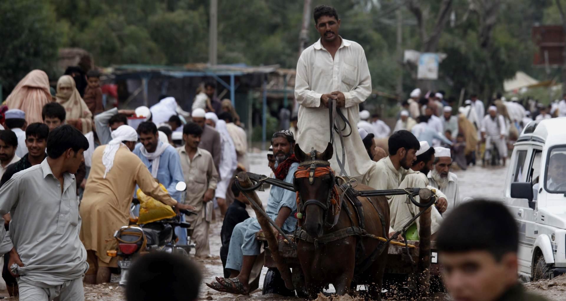 STRAHUJE SE DA ĆE BITI I VIŠE: Preko 100 mrtvih u poplavama u Pakistanu