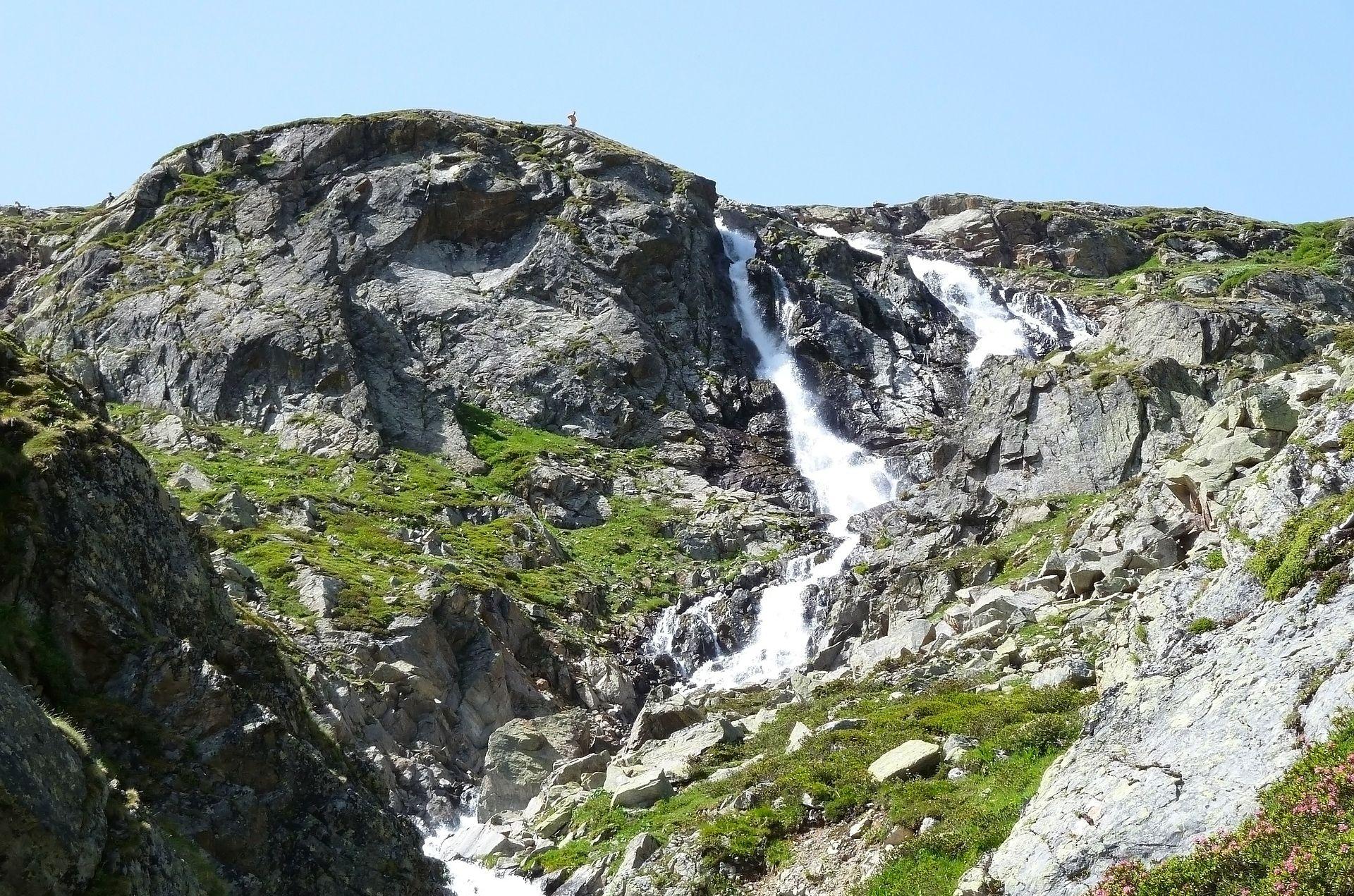 PRONAĐENI U PODNOŽJU LITICE Samoubojstvo obitelji u švicarskim planinama