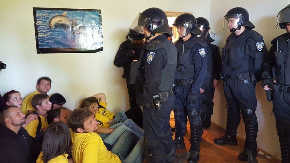 VIDEO: RIJEKA Živi zid: Deložacija je nezakonita, policajac našem aktivistu zdrobio koljeno
